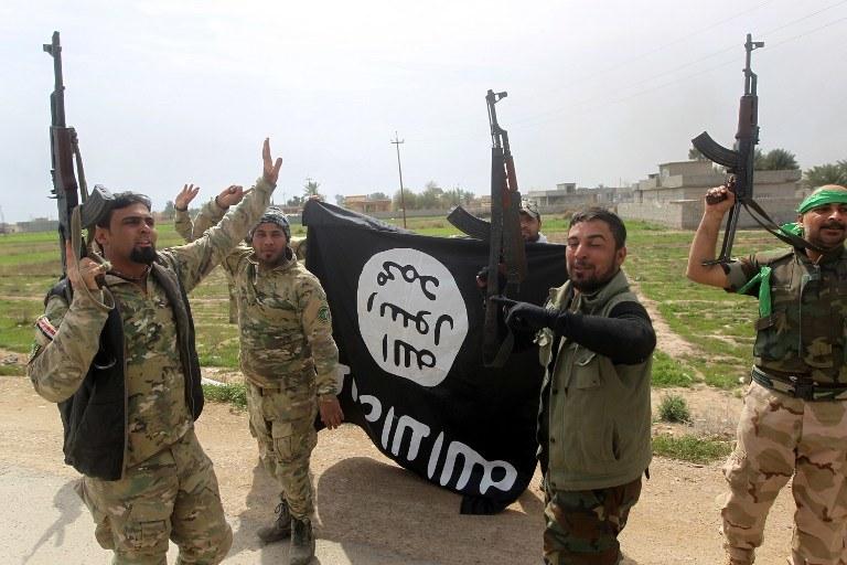 Irak: Bojownicy trzymają flagę Państwa Islamskiego, zdj. ilustracyjne /AHMAD AL-RUBAYE /AFP