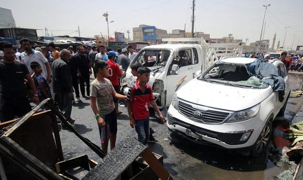 Irakijczycy na miejscu zamachu /AFP