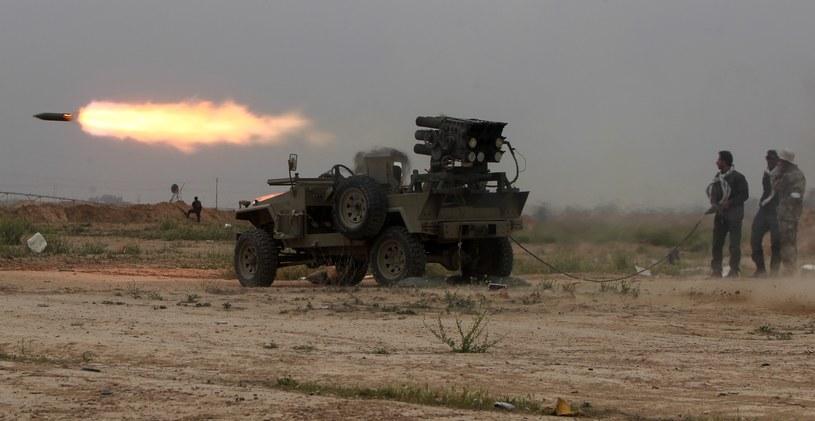 Irakijczycy ostrzeliwują pozycje IS na przedmieściach Tikritu /AFP