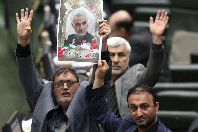 Irańscy parlamentarzyści ze zdjęciem Kasema Sulejmaniego podczas obrad w Teheranie /ICANA /PAP/EPA