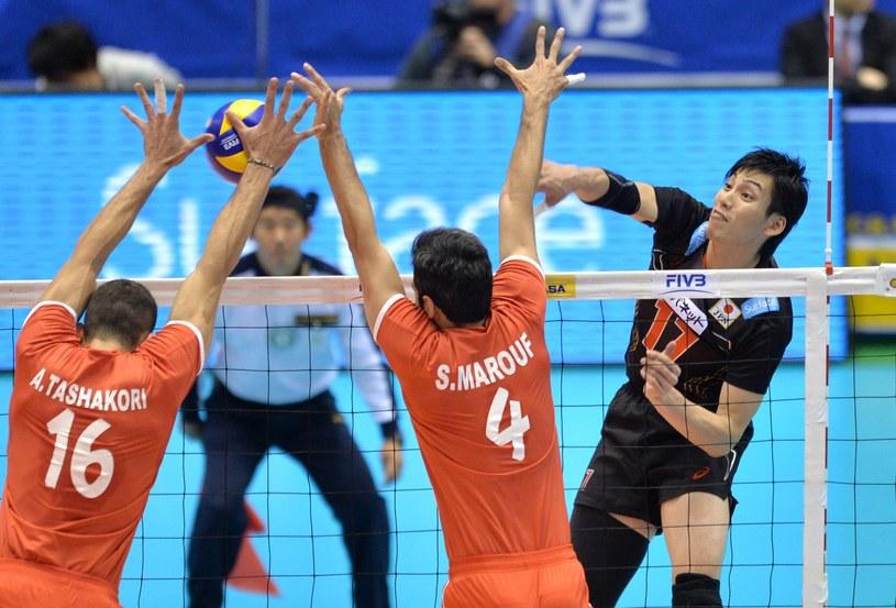 Irańscy siatkarze w bloku podczas meczu z Japonią /AFP