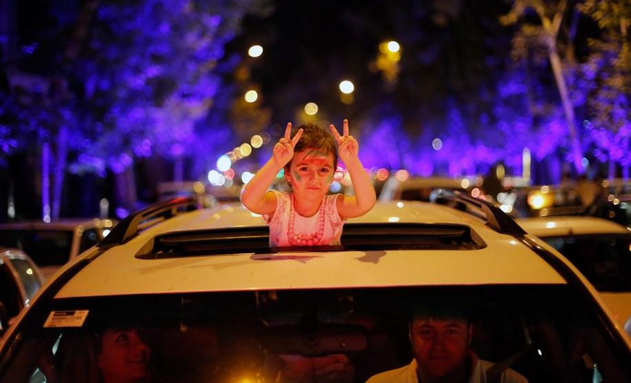 Irańska dziewczynka i jej rodzice świętują na ulicach Teheranu zawarcie porozumienia nuklearnego /Abedin Taherkenareh   /PAP/EPA
