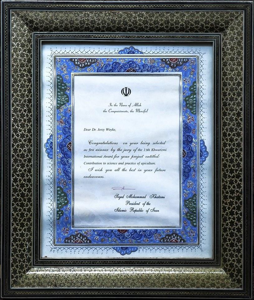 Irański dyplom dla prof. Woyke. W uznaniu za wkład do nauki i praktyki pszczelarskiej gratulacje złożył w imię Allaha Seyed Mohammad Khatami, prezydent Islamskiej Republiki Iranu /Archiwum prywatne /