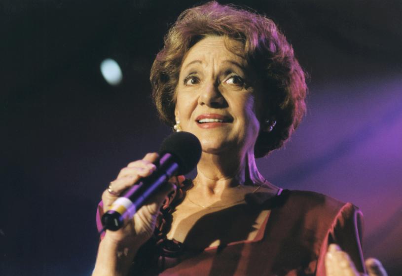 """Irena Dziedzic podczas koncertu """"Pamiętajcie o ogrodach"""" w Opolu (1998) /AKPA"""