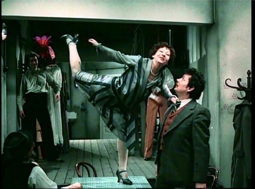 """Irena Kwiatkowska w filmie """"Hallo Szpicbródka, czyli ostatni występ króla kasiarzy"""" z 1978 roku /INPLUS /East News"""