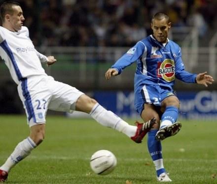 Ireneusz Jelen i Gregory Paisley walczą o piłkę. Troyes-Auxerre 3:3 /AFP
