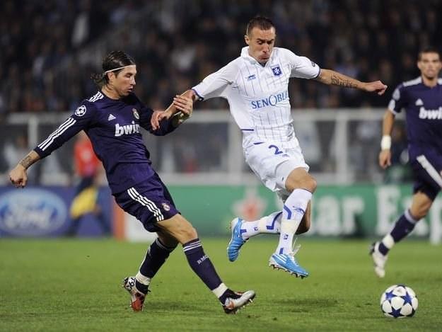 Ireneusz Jeleń (z prawej w pojedynku z Sergio Ramosem w meczu LM z Realem Madryt. /AFP