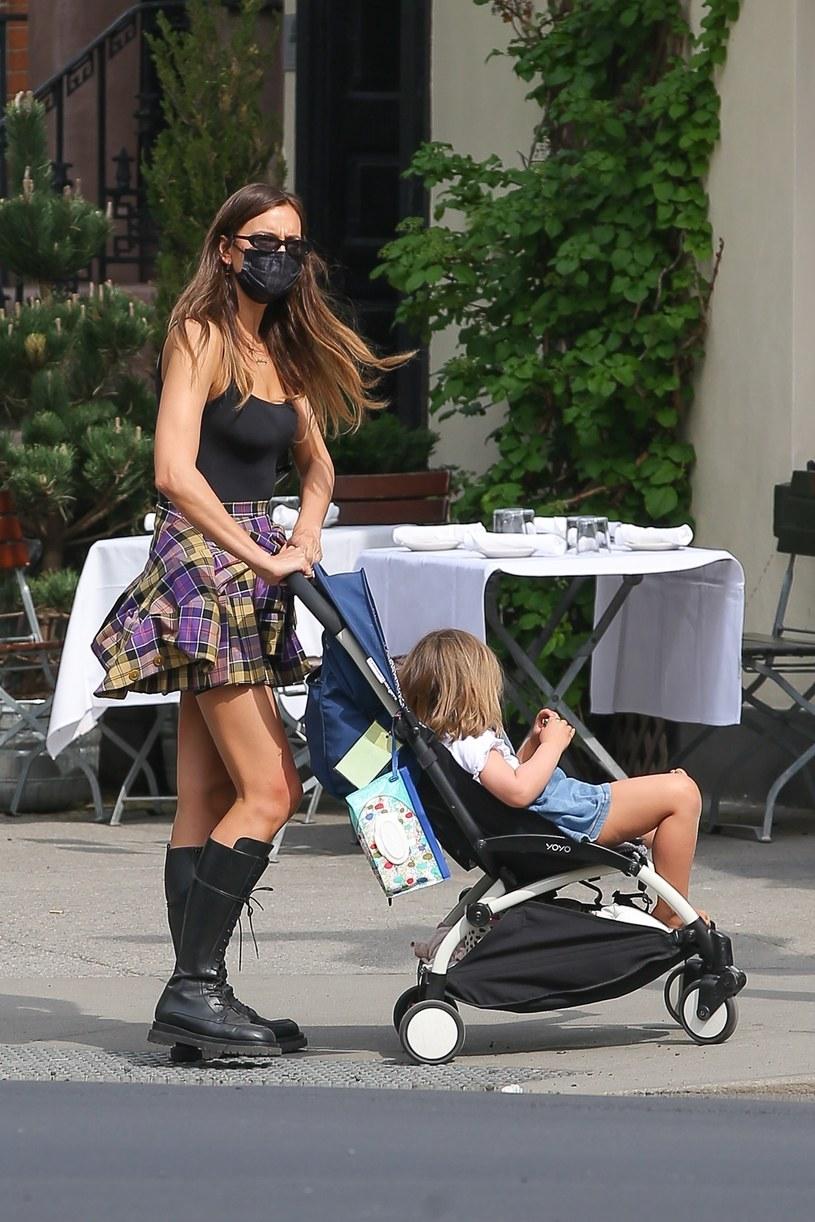 Irina Shayk na spacerze z córką /Ulices Ramales / BACKGRID /Agencja FORUM