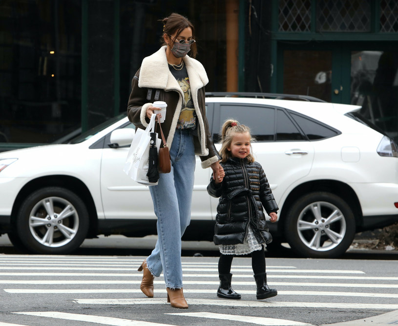 Irina Shayk zestawiła kurtkę z parą klasycznych dżinsów /Jose Perez / SplashNews.com/East News /East News