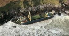 Irlandia: Sztorm Dennis wyrzucił na brzeg statek widmo