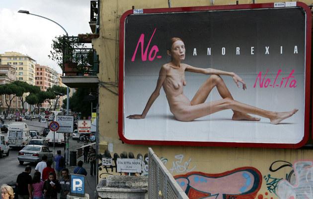 """Isabelle Caro w kampanii """"Nie - anoreksji""""  /AFP"""