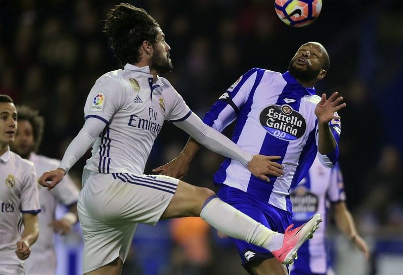 Isco (na pierwszym planie) w walce z Sidneiem z Deportivo La Coruna /AFP