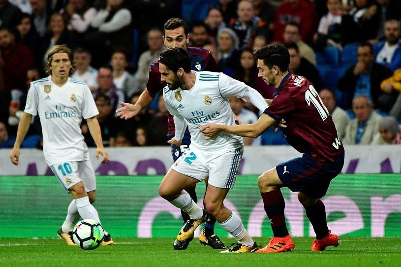 Isco walczy o piłkę z zawodnikami SD Eibar /AFP