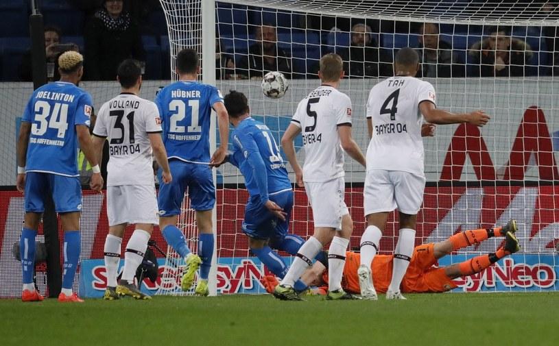 Ishak Belfodil (w środku) strzela gola dla Hoffenheim /PAP/EPA