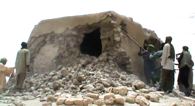 Islamiści niszczący zabytki w Timbuktu. Zdjęcie z 2012 roku /AFP