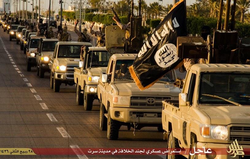 Islamiści z IS na ulicach libijskiej Syrty, kadr z filmu propagandowego, zdjęcie ilustracyjne /AFP