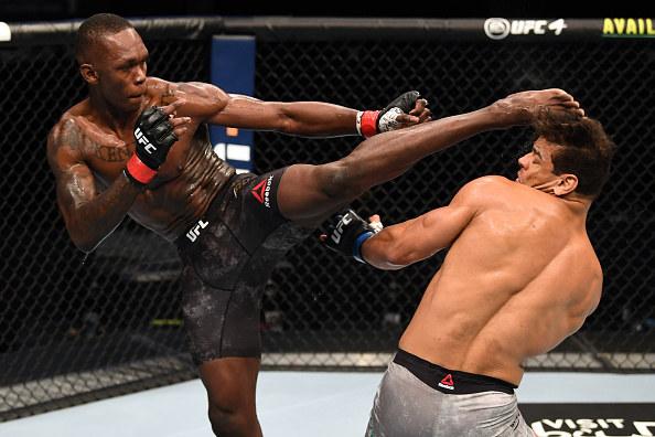 Israel Adesanya (z lewej) obronił tytuł mistrza UFC w wadze średniej /Josh Hedges/Zuffa LLC /Getty Images
