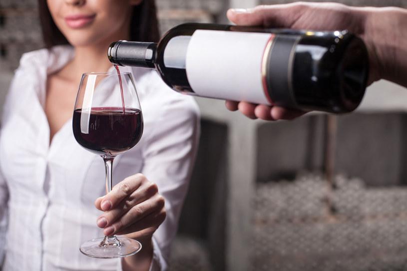 Istnieją sprawdzone sposoby na to, by przywrócić skórze utraconą na skutek spożycia zbyt dużej ilości alkoholu równowagę /123RF/PICSEL