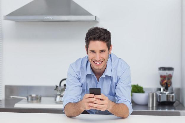 Istniejące systemy pozwalają przy użyciu smartfonów sterować np. światłem i systemem alarmowym /©123RF/PICSEL