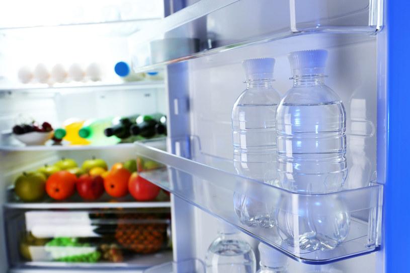 Istnieje kilka prostych trików, dzięki którym w łatwy sposób można pozbyć się nieprzyjemnego zapachu z lodówki /123RF/PICSEL