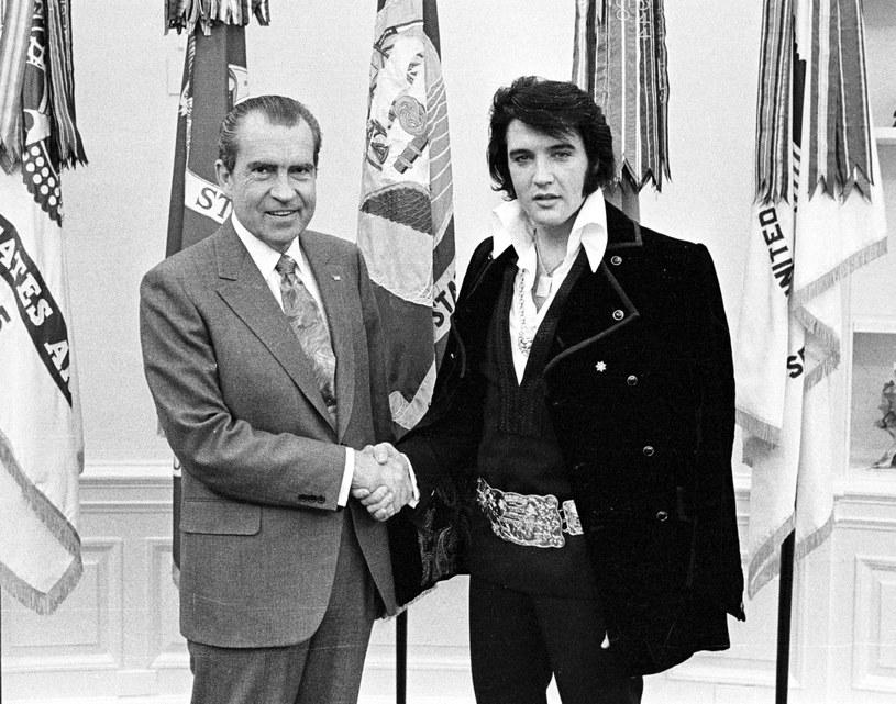 Istnieje teoria spiskowa, że Elvis tak bardzo chciał zostać agentem FBI, że upozorował swoją śmierć, aby móc zacząć pracować jako federalny. O możliwość zostania agentem muzyk prosił również prezydenta Nixona podczas ich spotkania /National Archive/Newsmakers /Getty Images