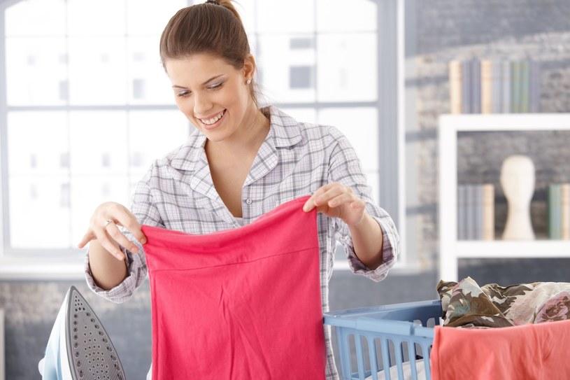 Istnieje wiele sposobów na pozbycie się uporczywych plam z ubrań /123RF/PICSEL