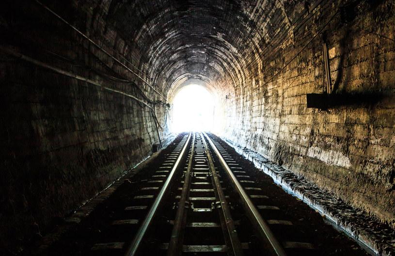 Istnienie tajnych podziemnych tuneli to wdzięczny temat dla twórców miejskich legend /123RF/PICSEL
