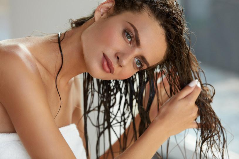 Istotne jest dobranie odpowiednego oleju pod względem porowatości włosów /123RF/PICSEL