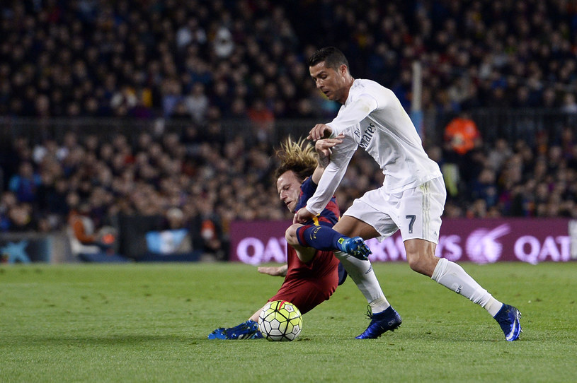 Ivan Rakitić Barcelony (z lewej) i as Realu Madryt Cristiano Ronaldo /AFP