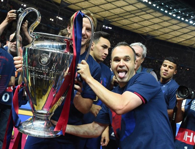 Ivan Rakitić i Andres Iniesta z trofeum za zwycięstwo w Lidze Mistrzów /PAP/EPA