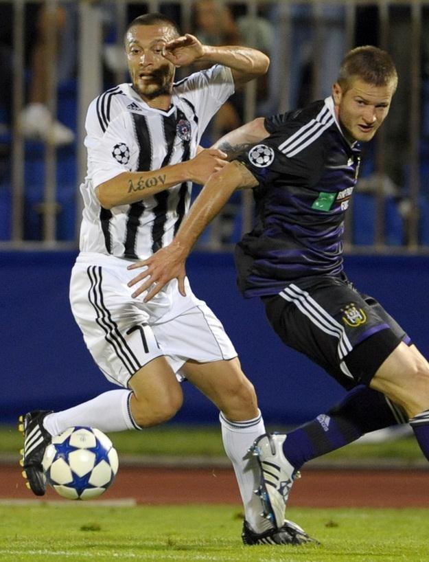 Ivica Iliev (z lewej) w barwach Partizana Belgrad i Ondrej Mazuch z Anderlechtu. /AFP