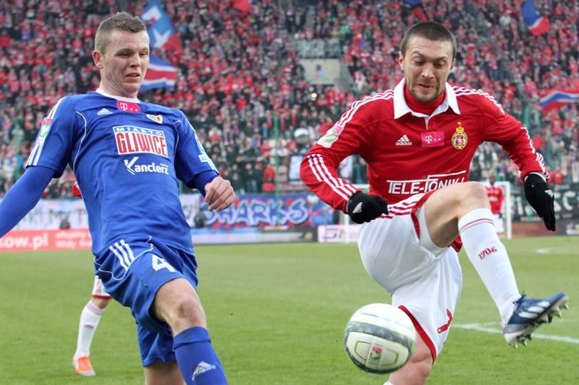 Ivica Iliev (z prawej) walczy o piłkę z Mateuszem Matrasem /fot. Jacek Bednarczyk /PAP