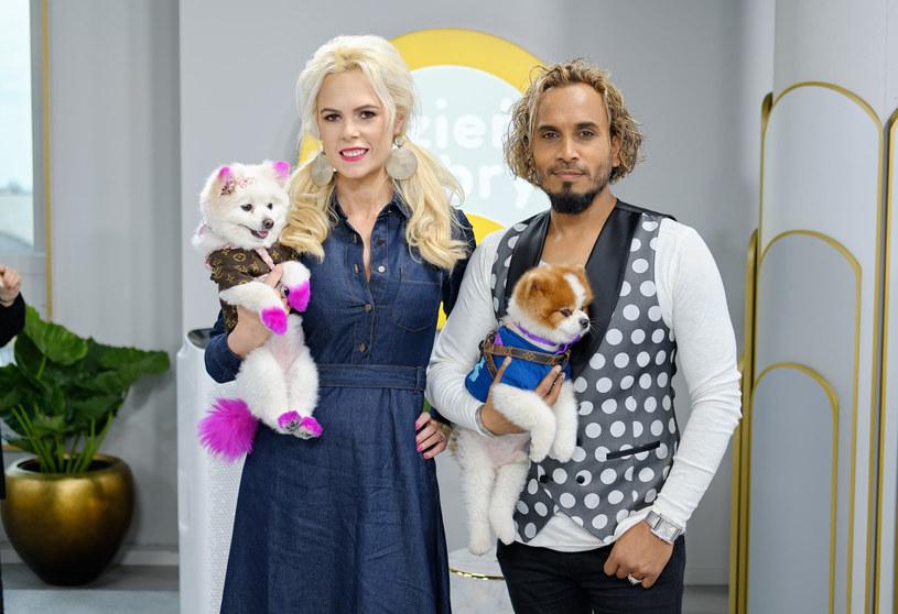Iwona Burnat z mężem i psami /Bartosz Krupa /East News