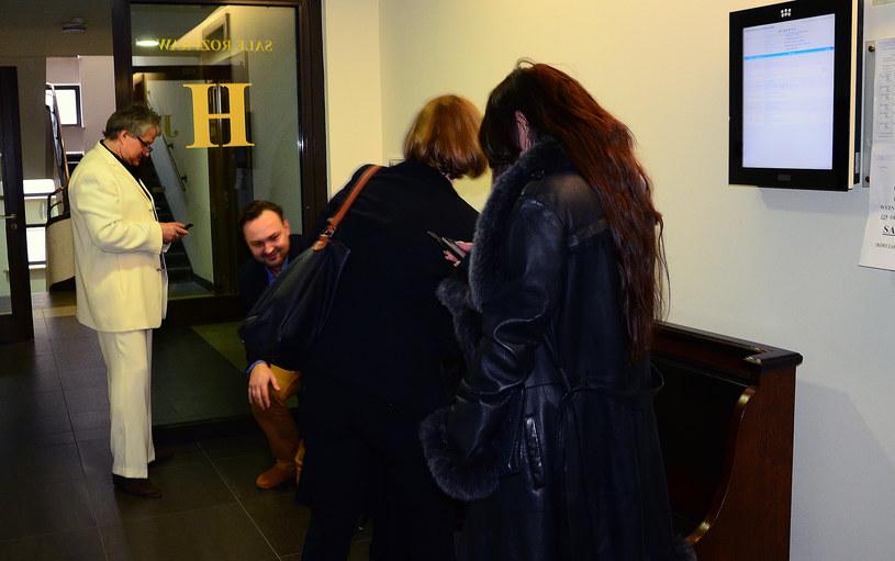 Iwona i Krzyś na sądowym korytarzu /Sonnenburg /Agencja FORUM