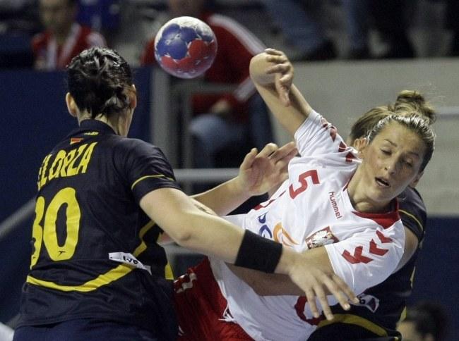 Iwona Niedźwiedź (numer 5) w meczu z Hiszpankami /PAP/EPA