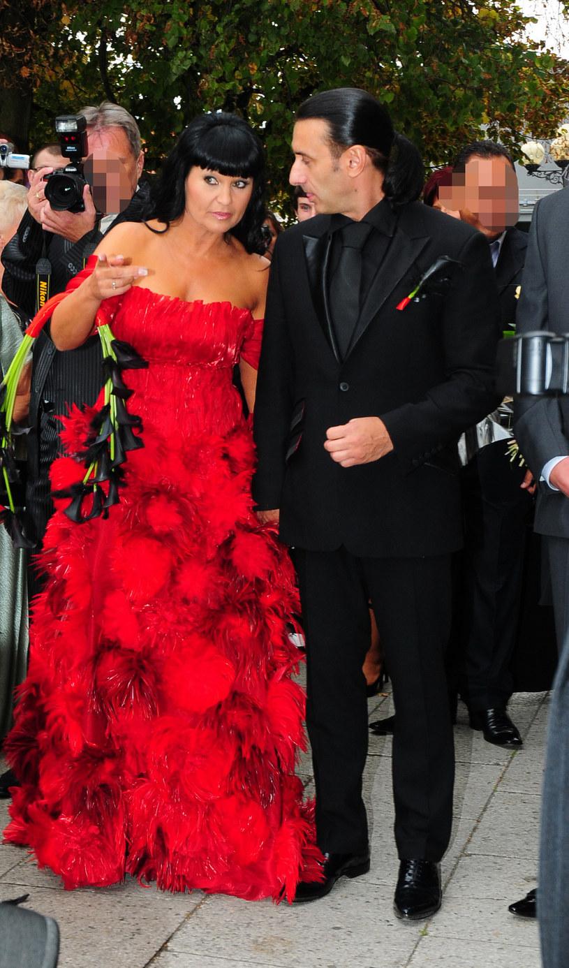 Iwona Pavlović z mężem podczas ślubu /MWMedia