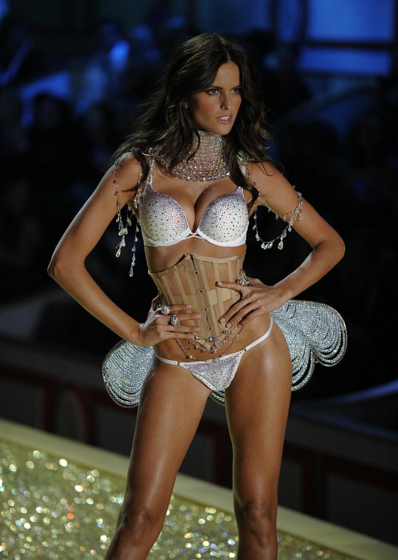 Izabel Goulart na zdjęciu w 2010 roku podczas pokazu Victoria's Secret w Nowym Jorku /TIMOTHY A. CLARY /East News
