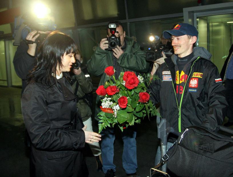 Izabela i Adam Małyszowie w 2007 roku po Mistrzostwach Świata w Skokach Narciarskich w Sapporo, gdzie Adam zdobył złoty medal /East News