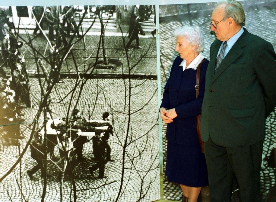 Izabela i Eugeniusz Godlewscy, rodzice 18-letniego Zbigniewa Godlewskiego zastrzelonego 17 grudnia 1970 roku, patrzą na zdjęcie swojego syna, którego zwłoki niosą na drzwiach gdańscy robotnicy /Stefan Kraszewski    /PAP