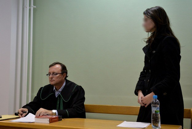 Izabella C. (P) i jej obrońca mec. Witold Kabański (L) podczas rozprawy w trybie przyśpieszonym /Fot. Radek Pietruszka /PAP