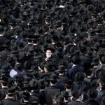 Izrael: Mimo lockdownu 10 tys. osób uczestniczyło w pogrzebie rabina