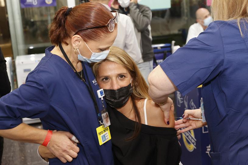 Izrael to kolejny kraj, który rozpoczął szczepienia przeciw COVID-19 /AFP