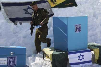 Izrael wybiera parlament, uprawnionych do głosowania jest ponad 5,5 mln ludzi /ATEF SAFADI  /PAP/EPA