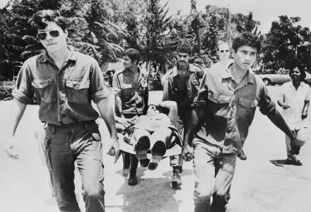 Izraelscy komadosi niosą jednego z zakładników rannych podczas szturmu /AFP