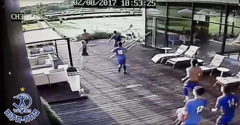 Izraelscy piłkarze biegną na boisko, gdzie doszło do zamieszek /print screen /
