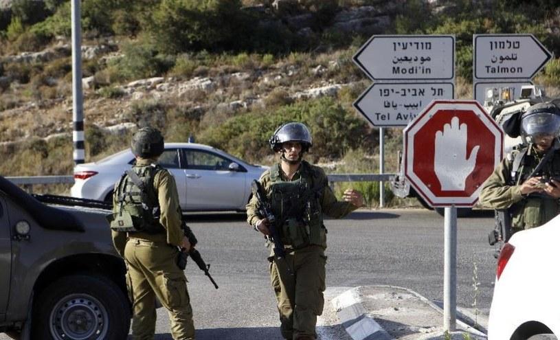 Izraelscy żołnierze na jednym z licznych posterunków na drodze do Tel Awiwu /AFP