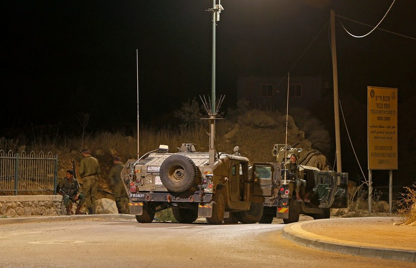 Izraelscy żołnierze w pobliżu izraelsko-syryjskiej granicy  na zaanektowanych przez Izrael Wzgórzach Golan, zdjęcie archiwalne z sierpnia 2020 roku /JALAA MAREY / AFP /AFP