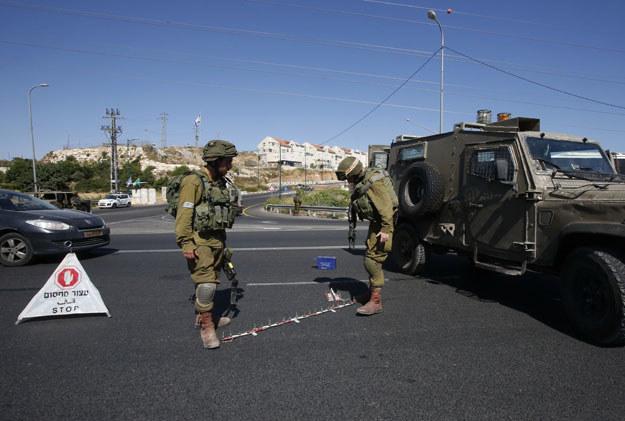 Izraelscy żołnierze w pobliżu miejsca ataku w Kirjat Arba /AFP