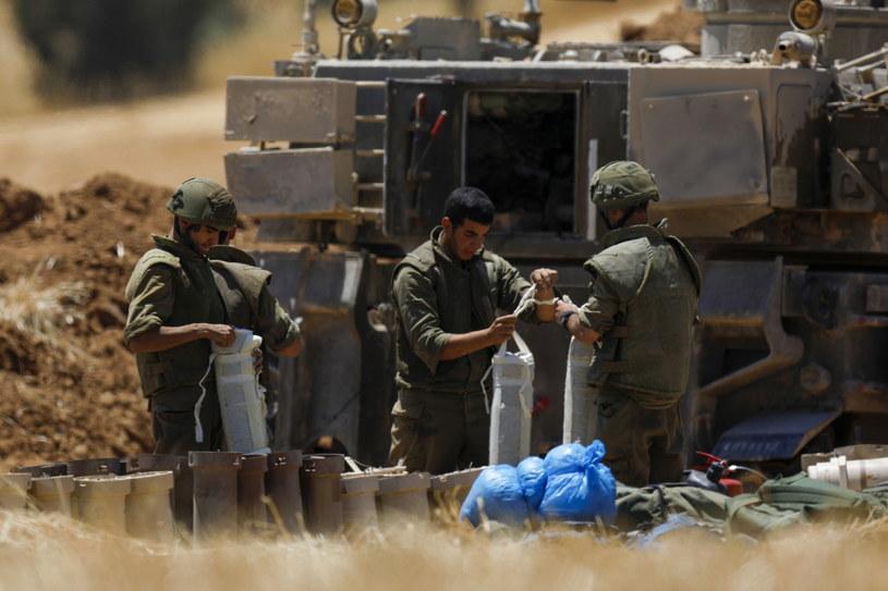 Izraelscy żołnierze zajmują pozycje przy granicy ze Strefą Gazy /PAP/EPA/ATEF SAFADI /PAP