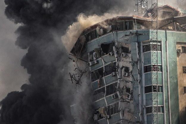 Izraelska armia w sobotę zburzyła 13-piętrowy budynek w Gazie /MOHAMMED SABER  /PAP/EPA